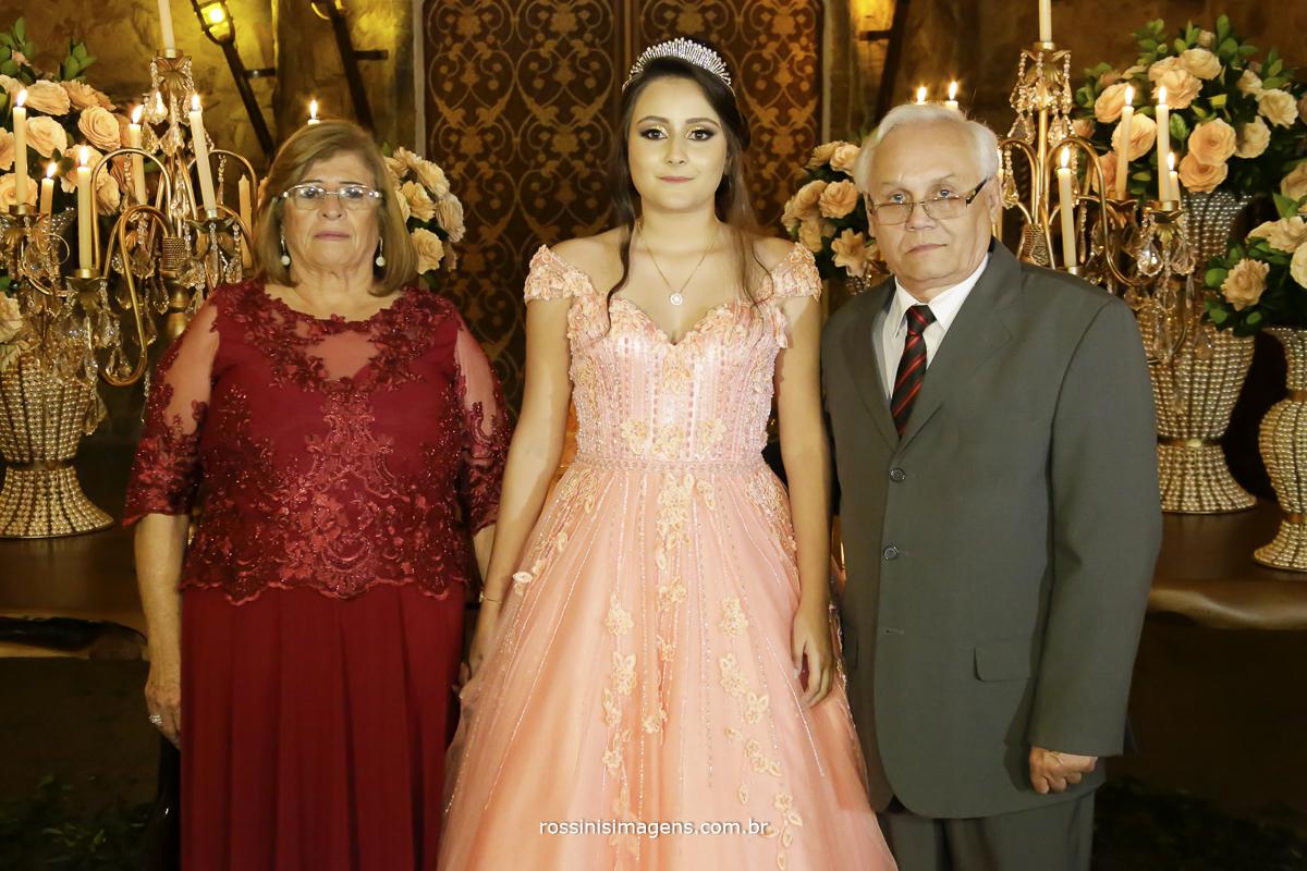 fotos da debutante isabella na mesa do bolo com  os avos paternos