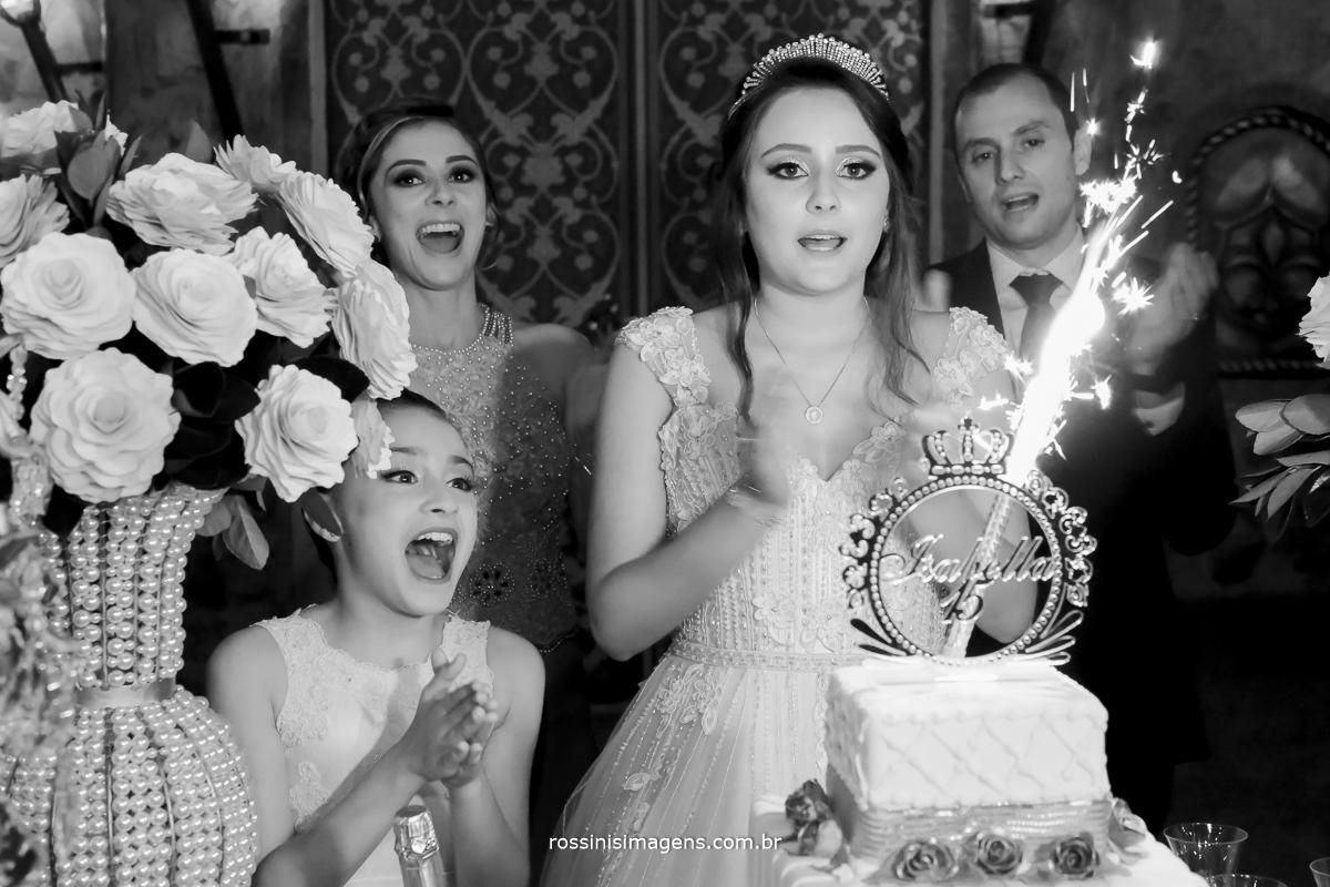 fotografia de festa de 15 anos a hora do parabéns da debutante isabella