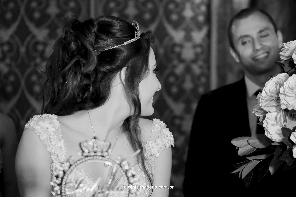 hora do parabéns da debutante olhando para o pai