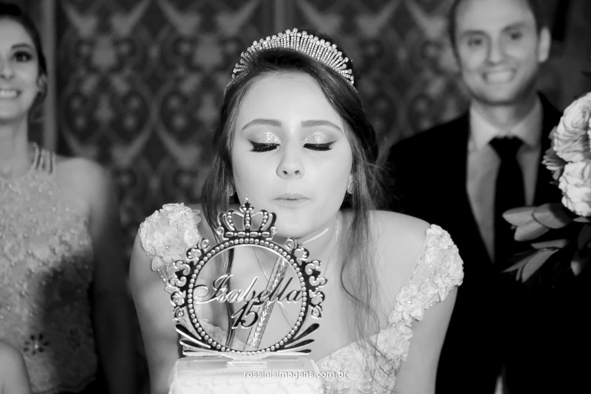 debutante isabella assoprando a vela na hora do parabéns
