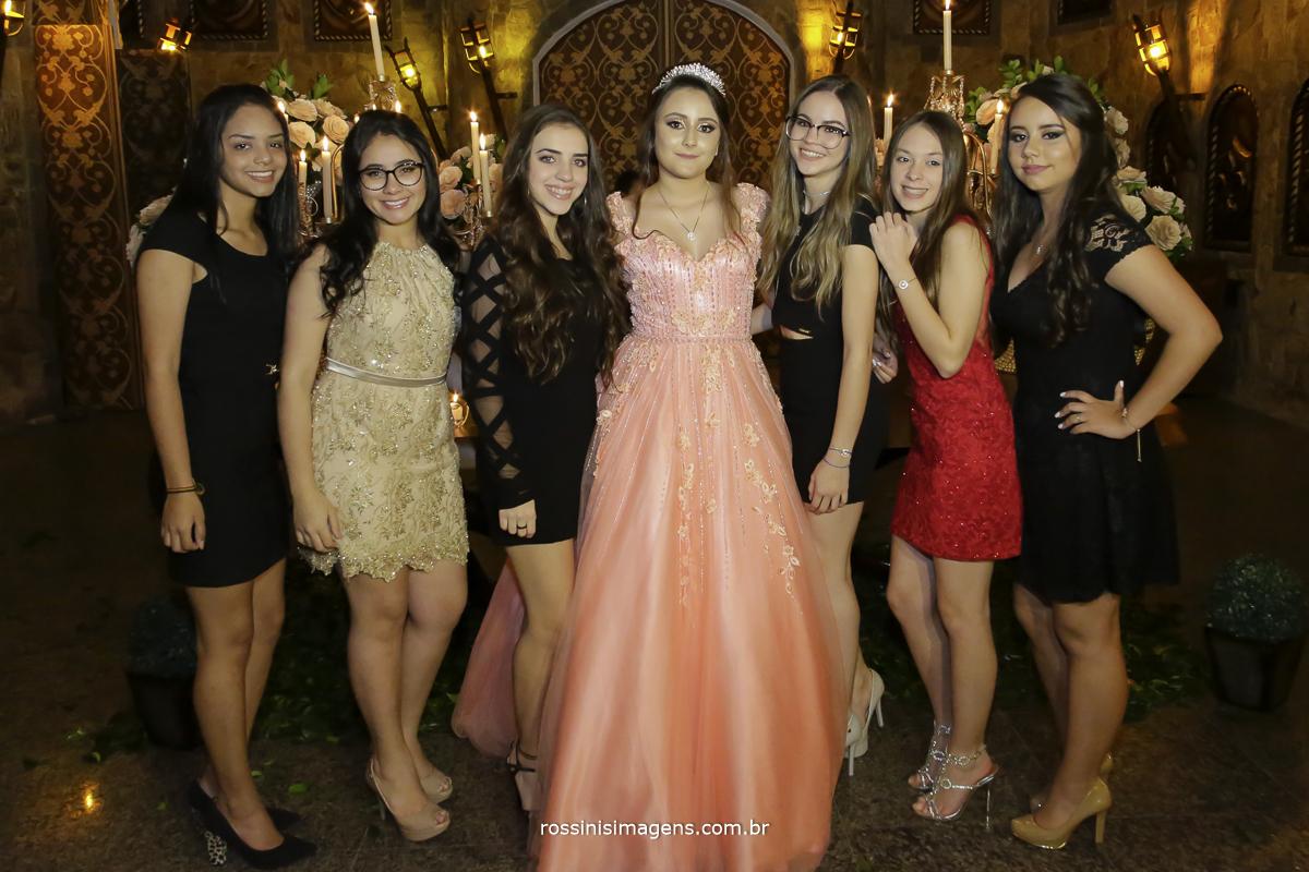 debutante com seu vestido de gala com suas amigas na fotografia