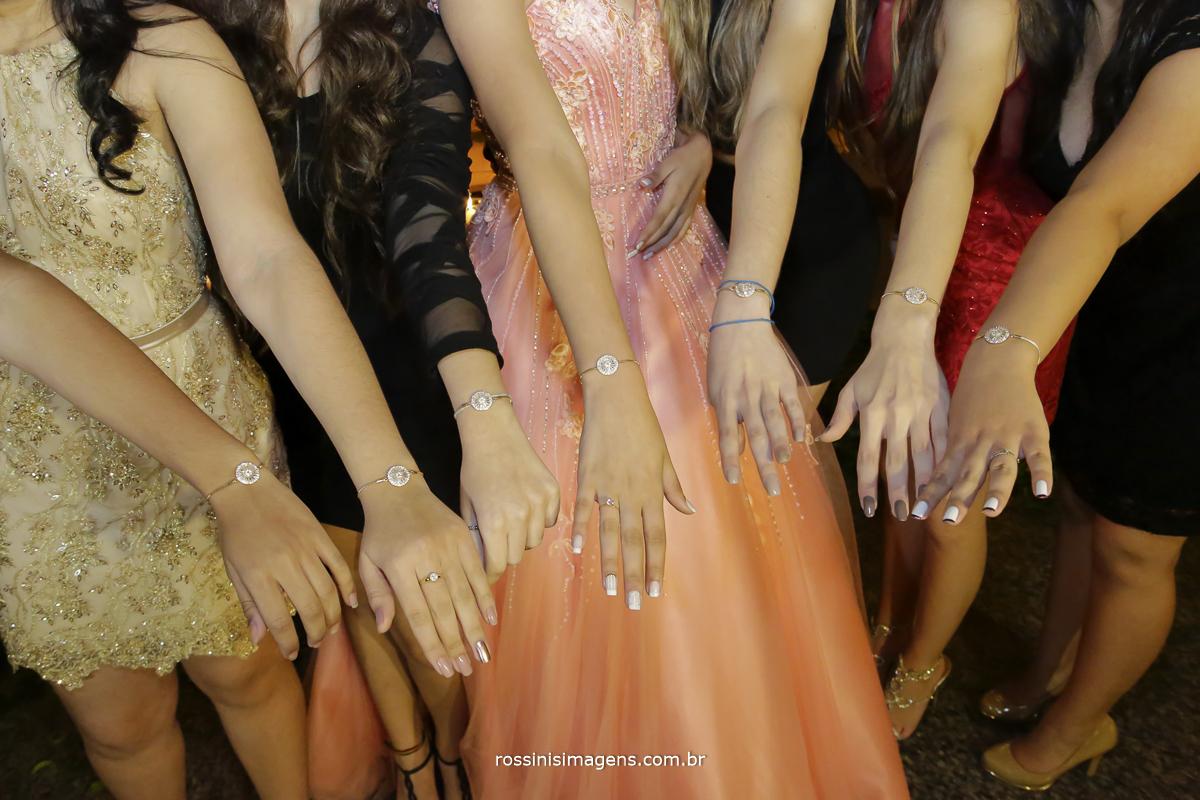 foto das amigas com a debutante com a pulseira, bracelete