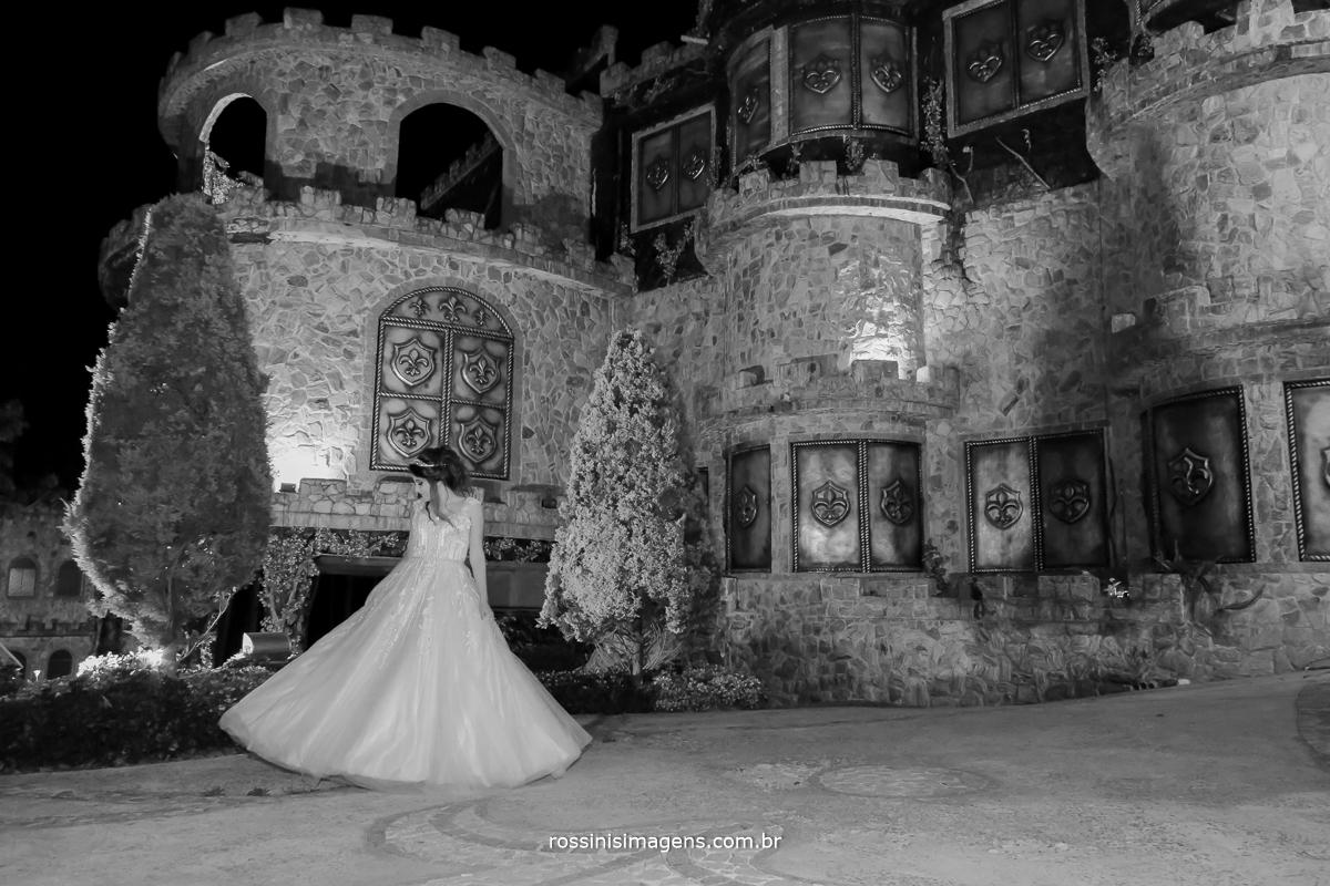 debutante girando o vestido na foto pb de noite