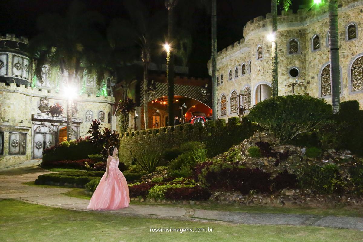 princesa isabella passeando no jardim do castelo a noite com seu vestido de festa