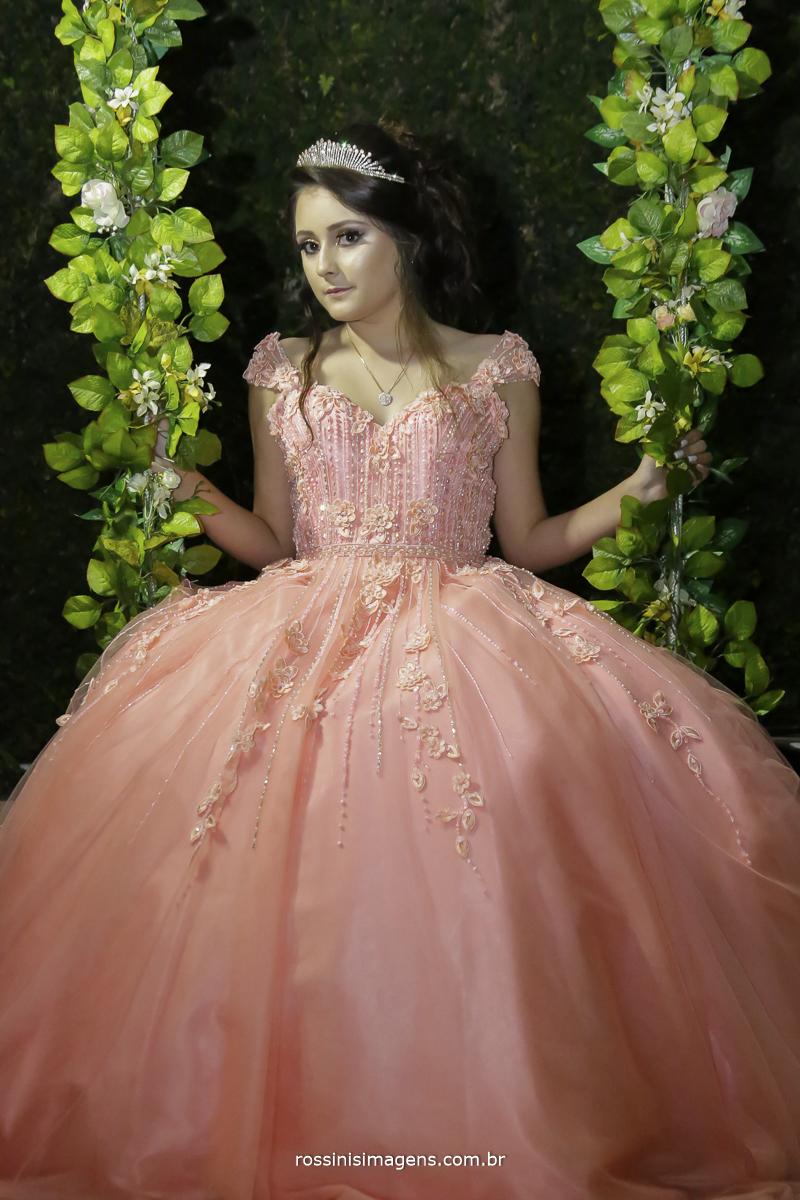 fotografia da isabella na balança de flores com vestido de festa