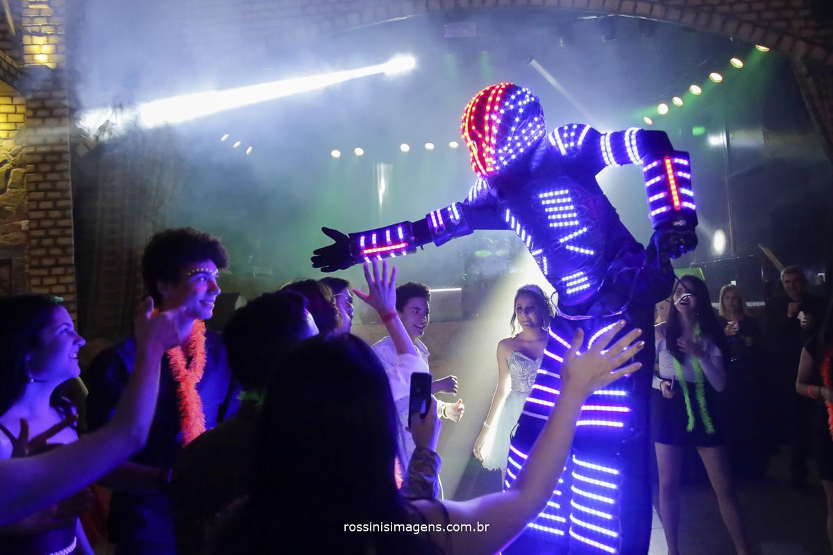 robô de led agitando a pista de dança