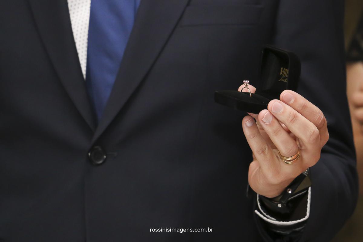 joia entregue para a debutante durante o cerimonial pelo pai