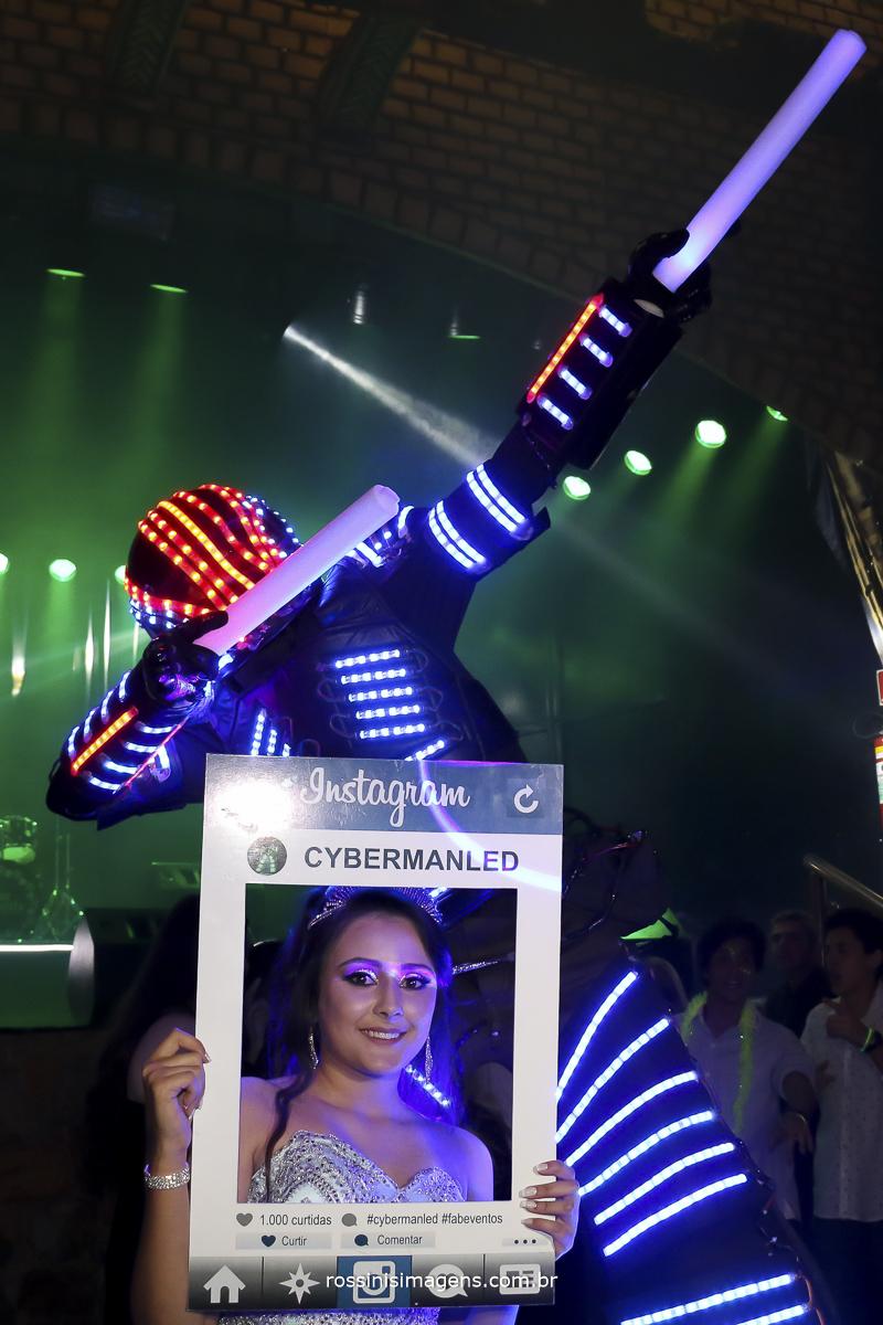 debutante com o robô de led na pista de dança