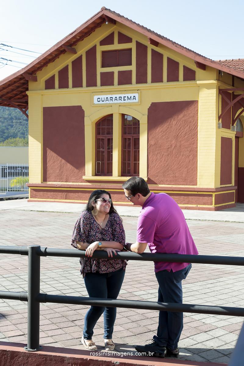 casal rafa e romulo na estação de Guararema troca de olhares