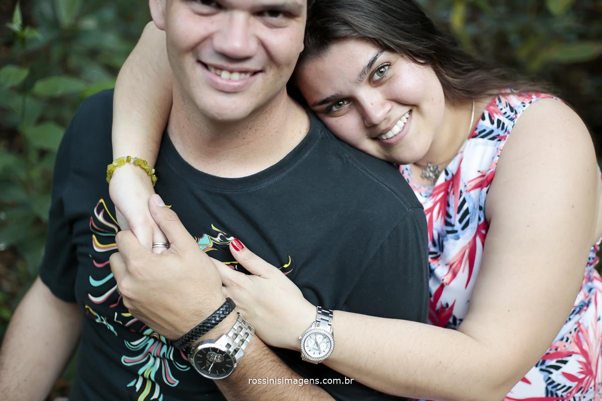 casal a braçado com olhar apaixonado em Guararema