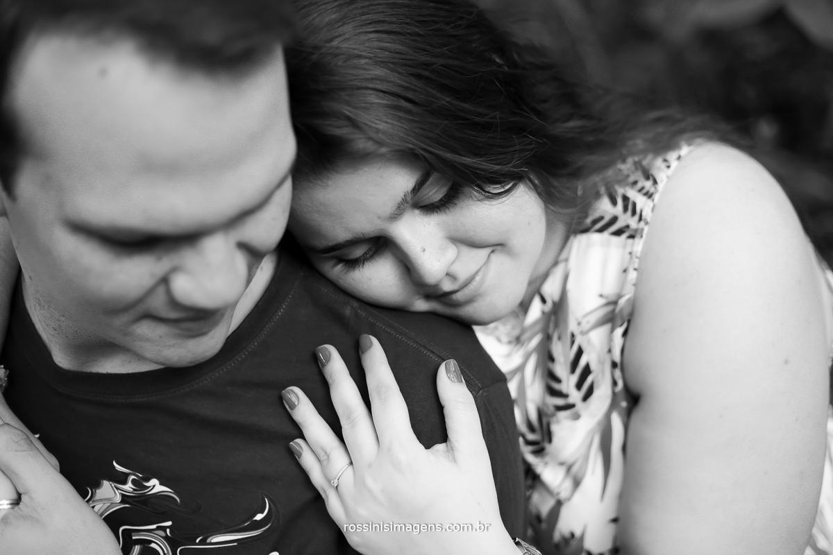 fotografia preto e branco de casal em Guararema romântico