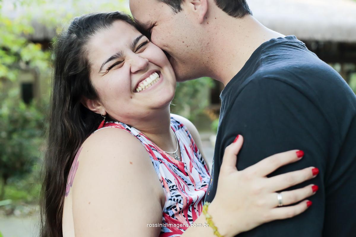 noivo beijando a noiva som um lindo sorriso no rosto