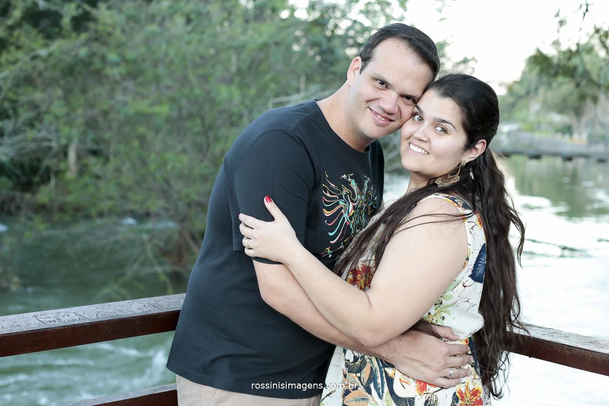 fotografia de ensaio casal no deck em Guararema-SP