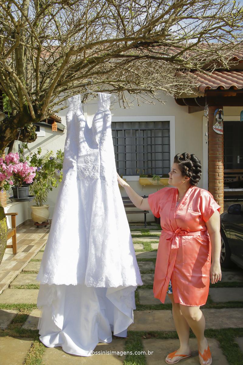 noiva com robe personalizado ao lado do seu lindo vestido
