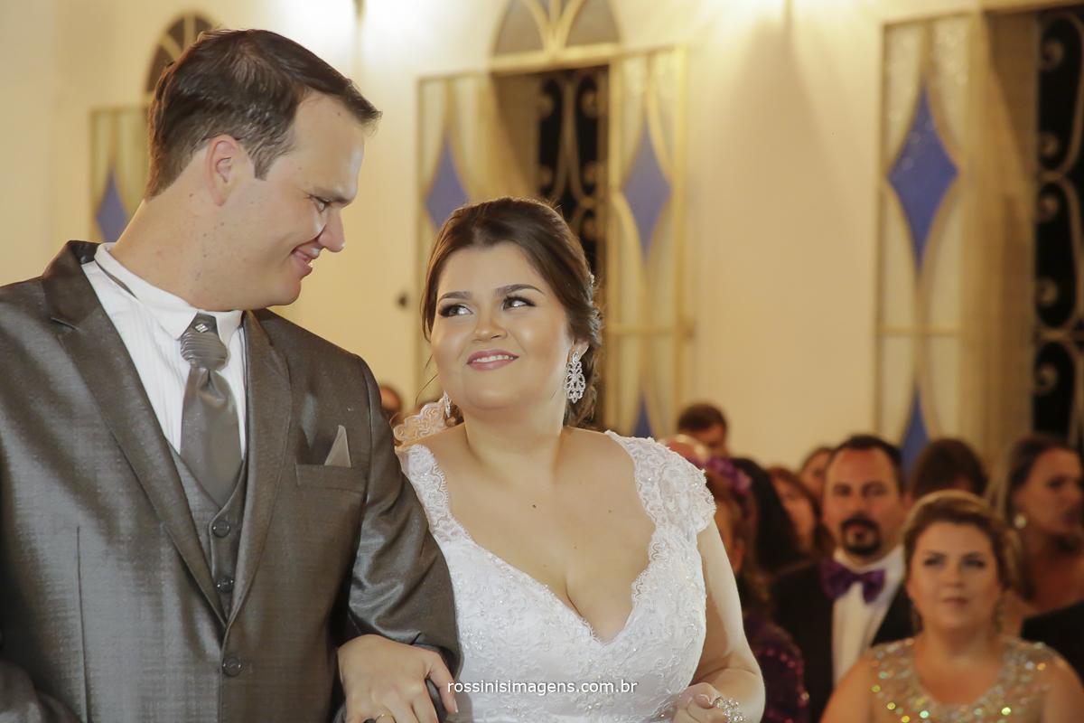 noivo olhando para a noiva e noiva olhando para o noivo no altar durante a cerimonia