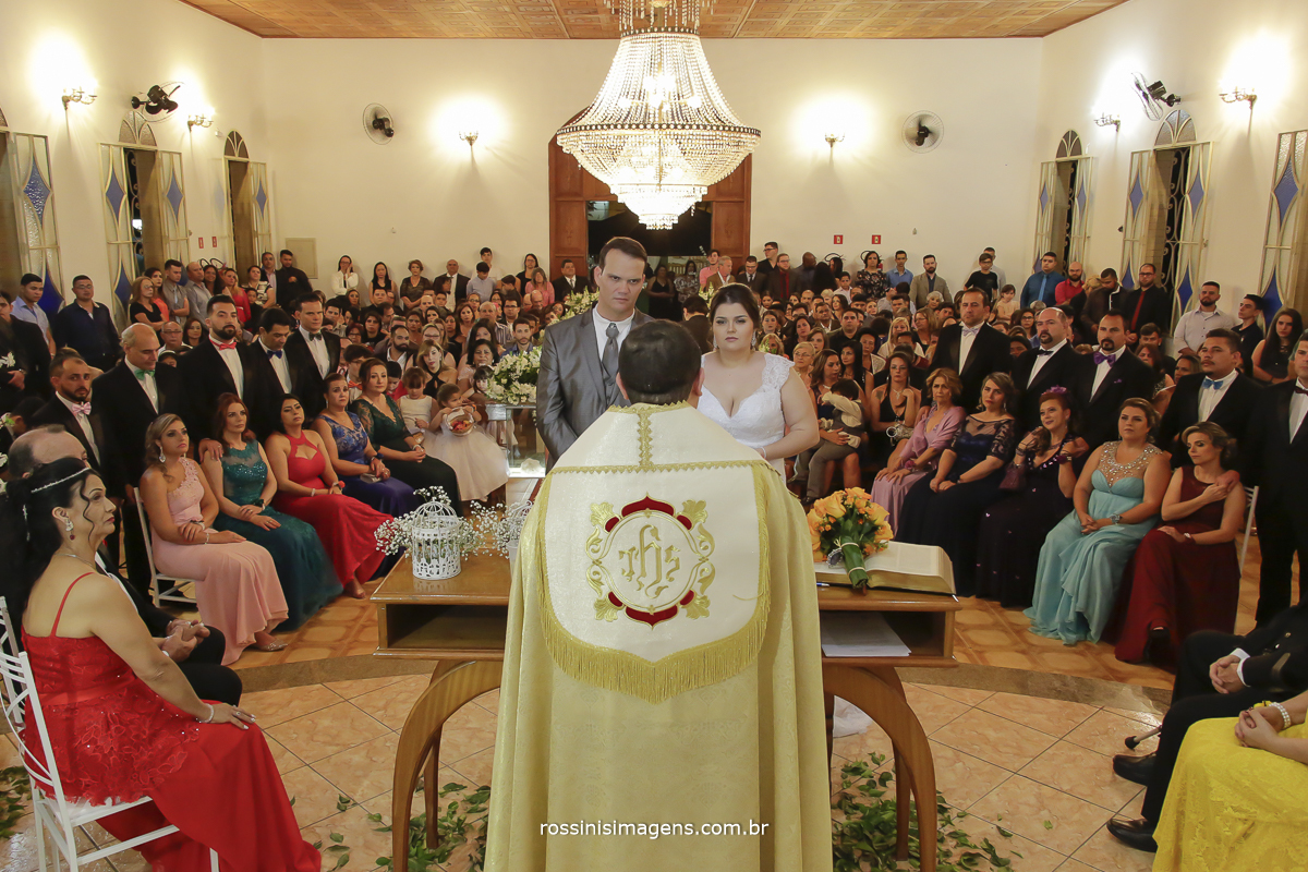 foto da capella durante a cerimonia de casamento da rafaela e romulo e todos os convidados