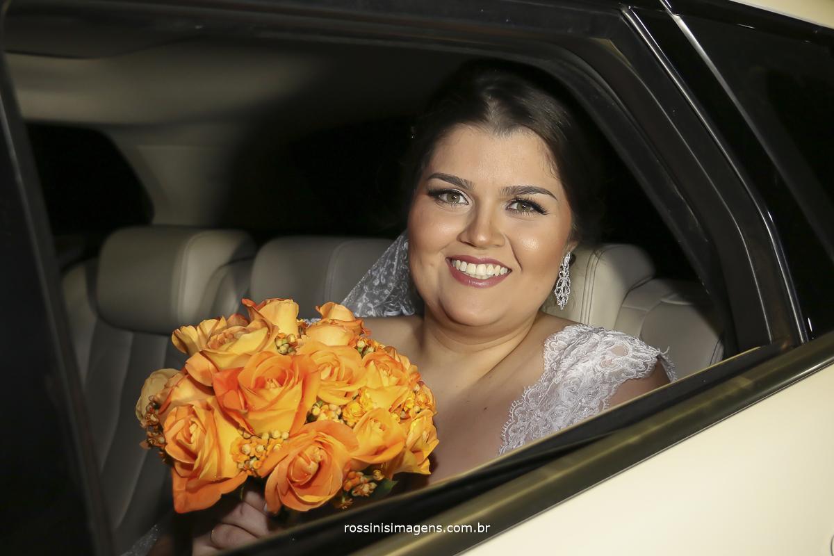 noiva com o buquê no carro