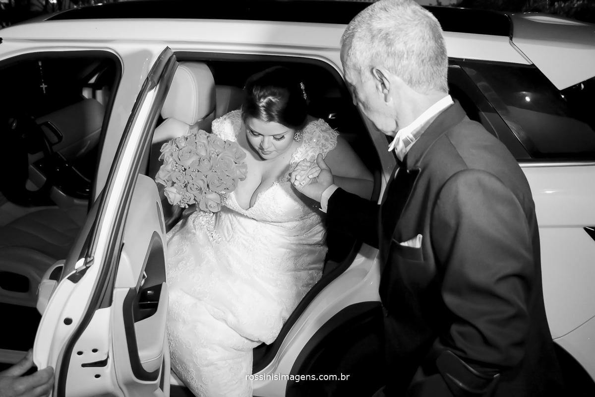 foto pb do pai ajudando noiva sair do carro no casamento