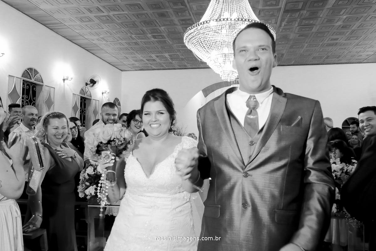 foto pb de frente com os noivos saindo da capela