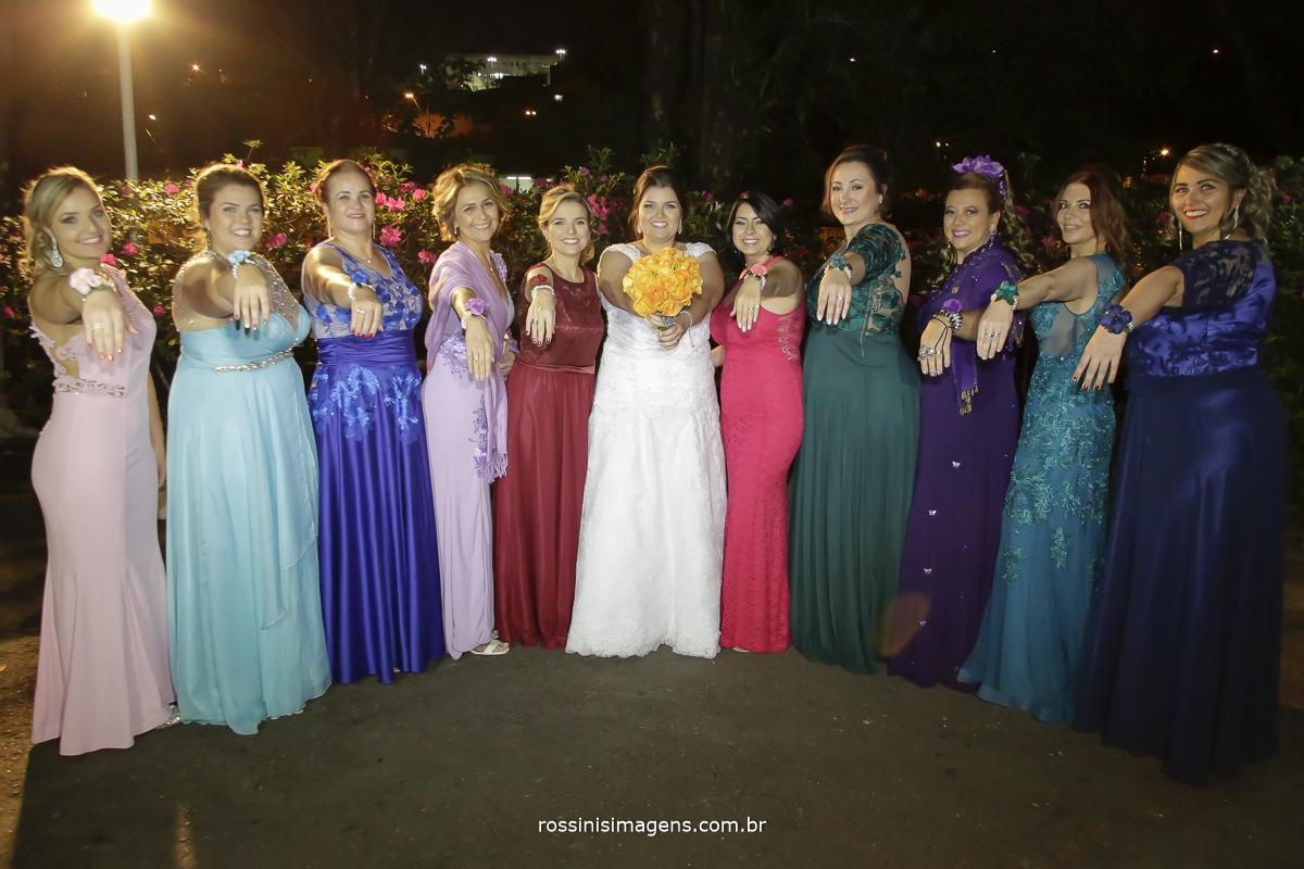 fotografia das madrinhas do casamento com vestidos coloridos e noiva de branco