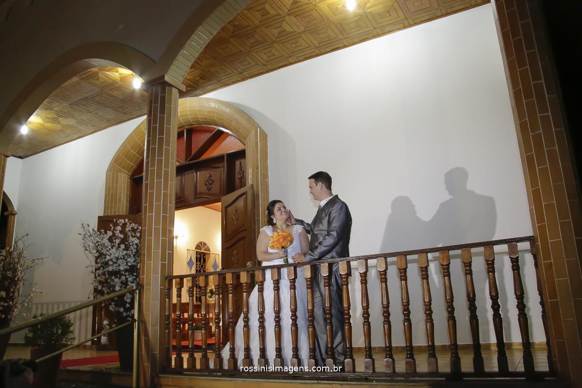 foto da sessão de fotos no casamento noiva e noivo em troca de olhares