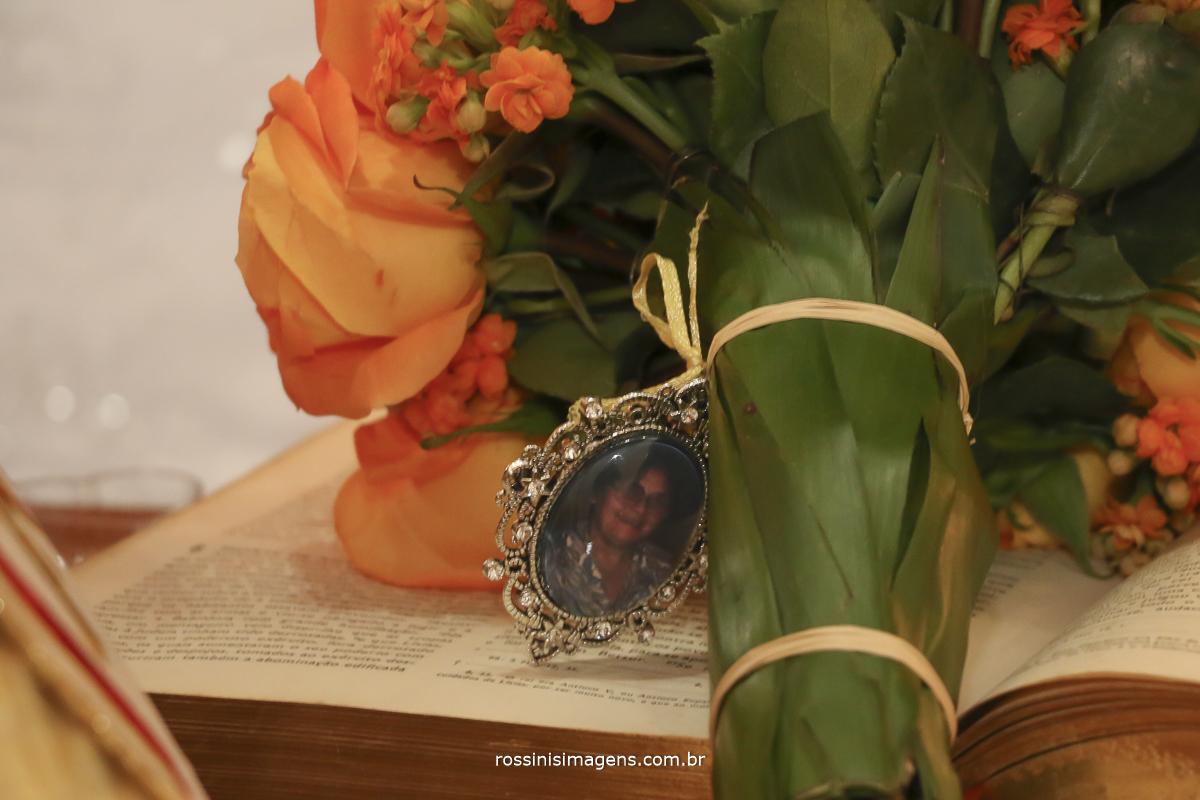 buque da noiva com pingente com a foto dos avós uma linda homenagem aos avós