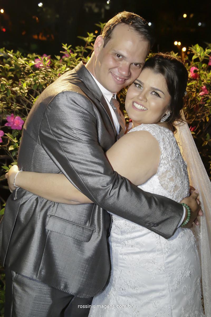 rafaela e romulo abraços apos a realização da cerimonia, felizes