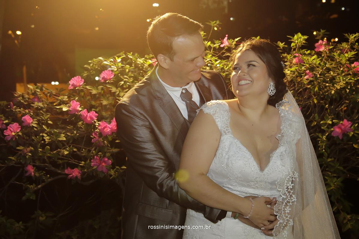 fotografia de casamento, noivos felizes e apaixonados abraçados