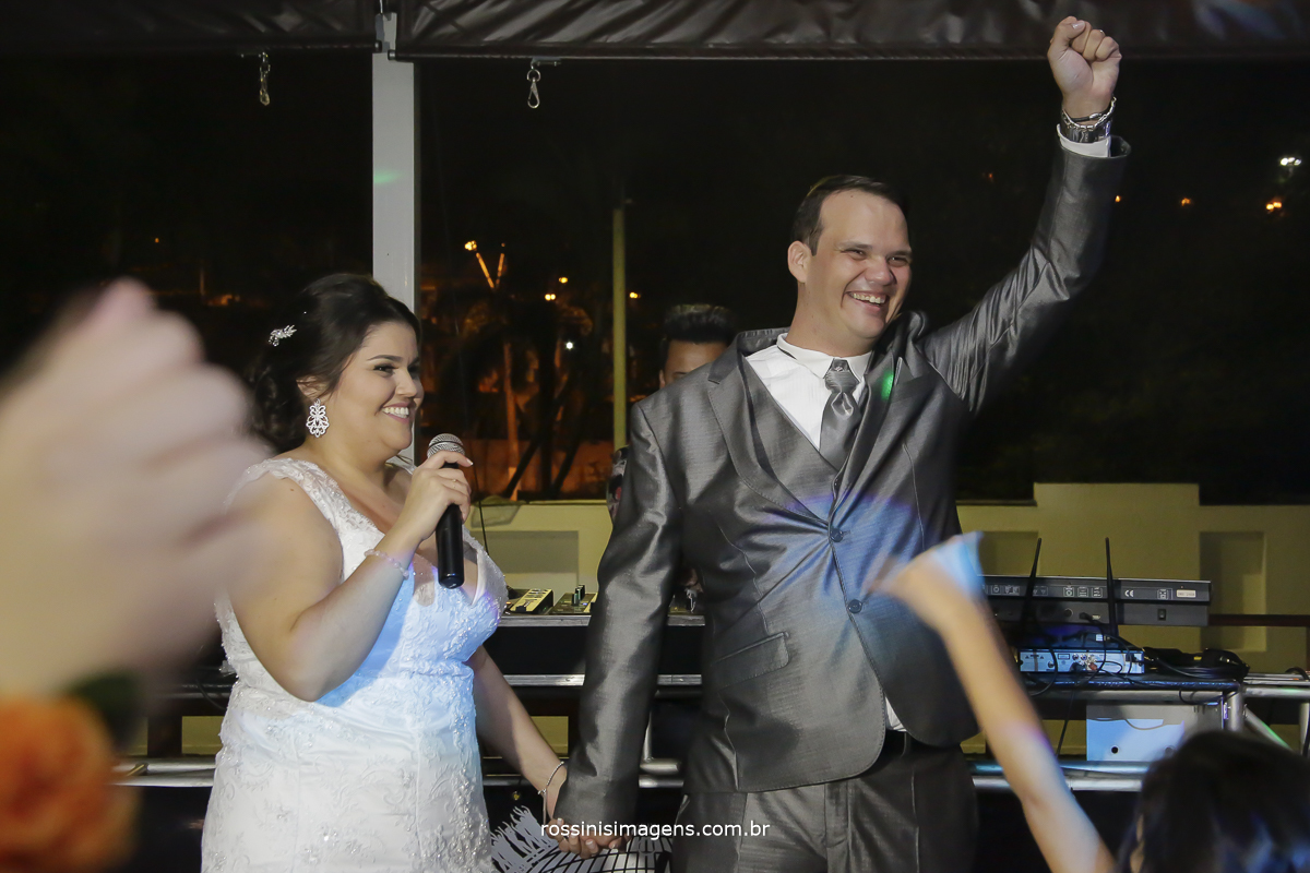 noivos fazendo agradecimento aos convidados e animando a super festa de casamento