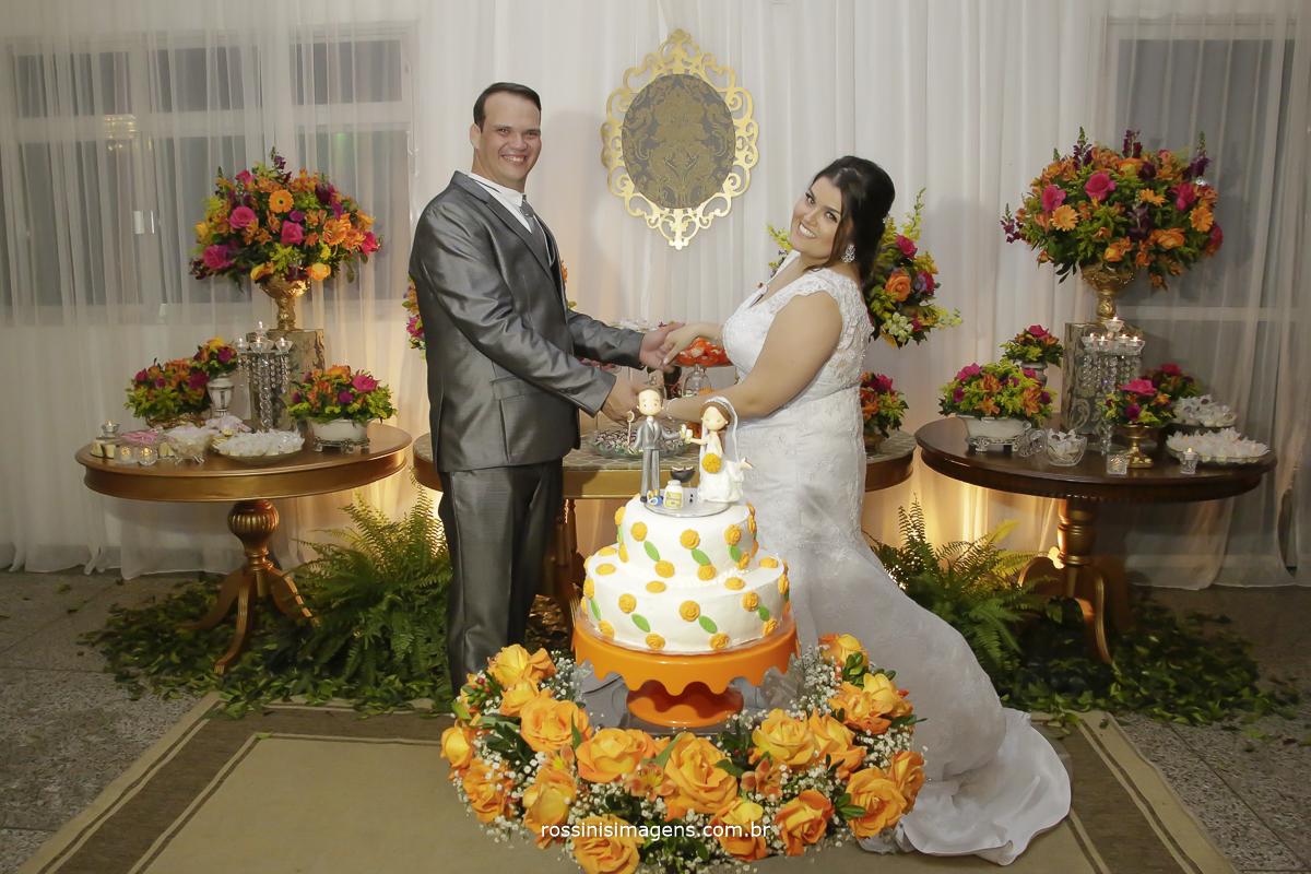 rafaela e romulo na mesa do bolo para as fotos protocolares do casamento