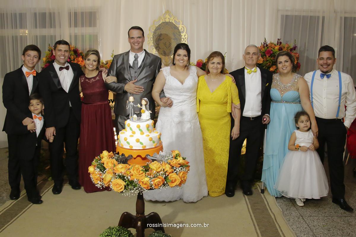 fotografia de familia no casamento, pais, irmãos, filhos e noivos na foto de família