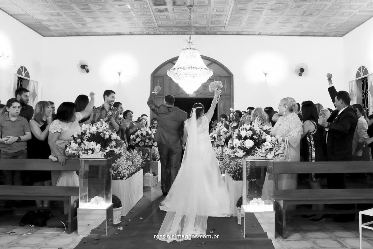 foto pb da saida dos noivos muito animada