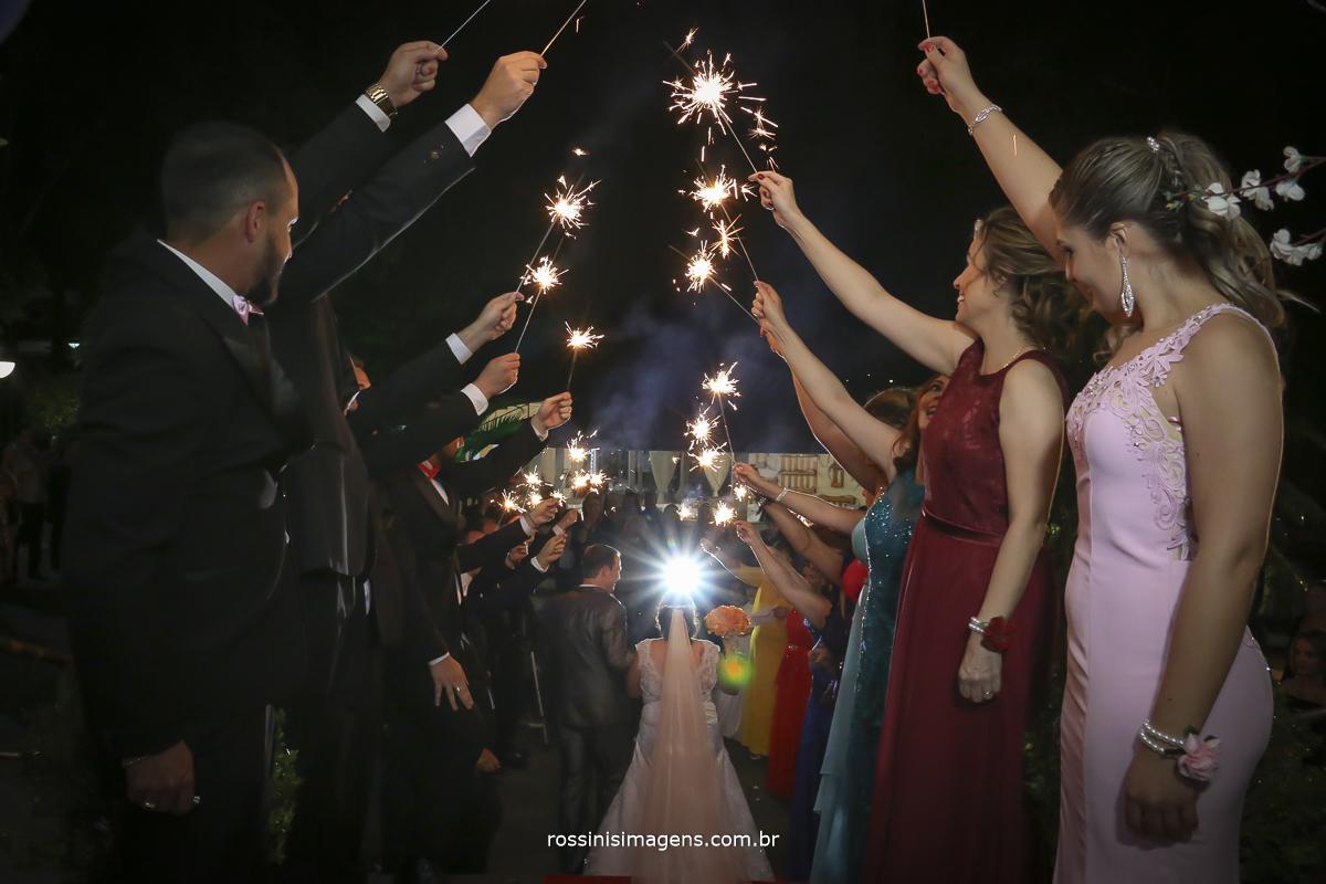 fotografia de casamento da saida dos noivos com spark's