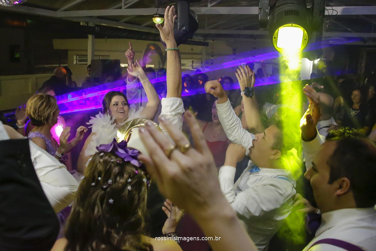 pista de dança bombando com a noiva dançando muito