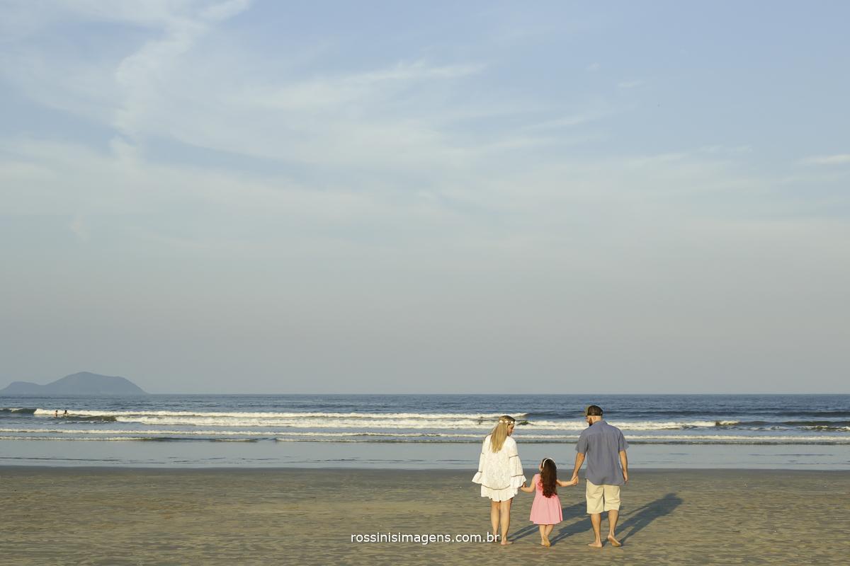 fotografia de família na praia, dia de sol antes do casamento, família linda