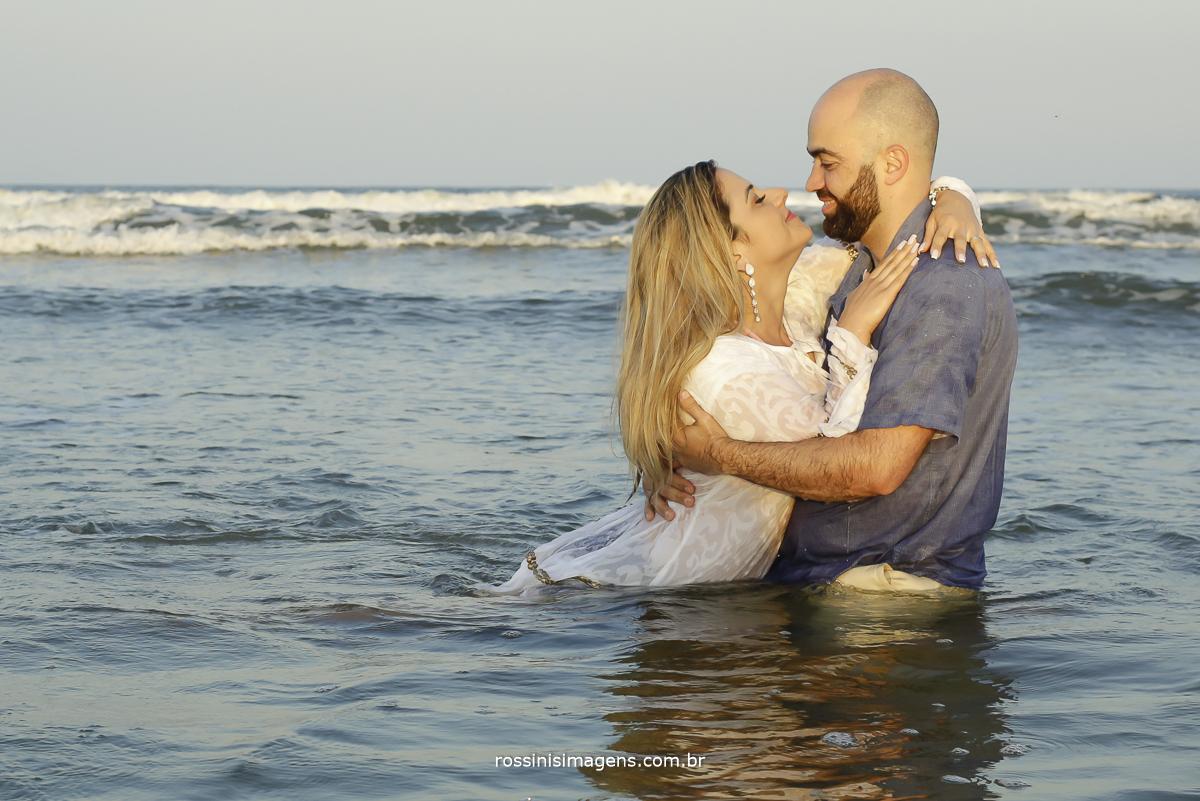 casal no mar apaixonado, fotografia na praia
