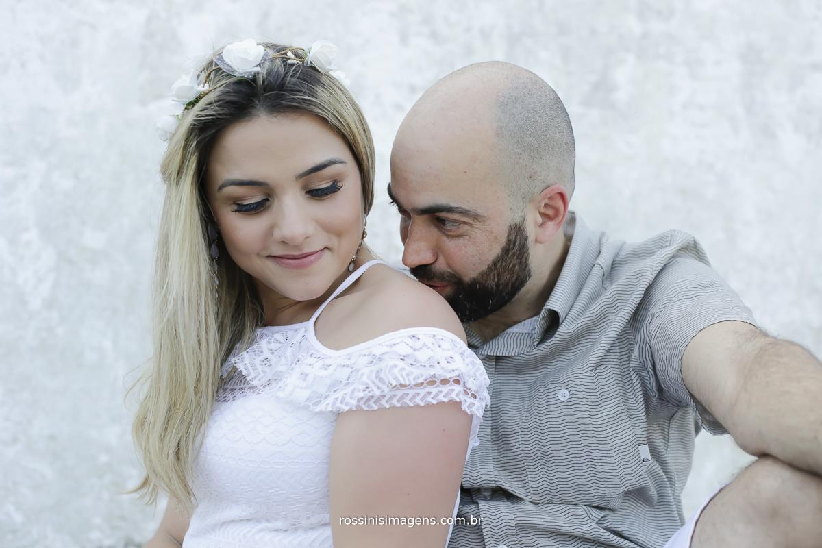 noivo beijando ombro da noiva no ensaio antes do casamento na praia