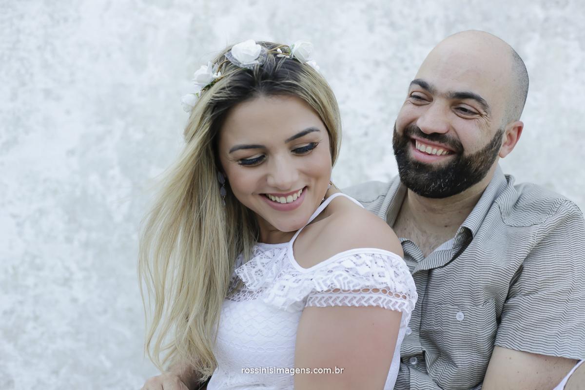 noivos sorrindo no ensaio pre casamento na praia