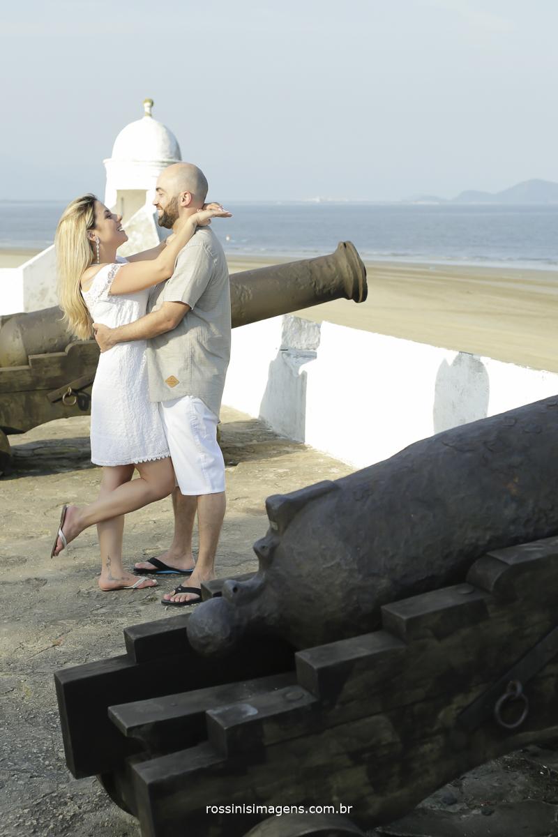 casal apaixonado em ensaio na praia de Bertioga, litoral norte de são paulo