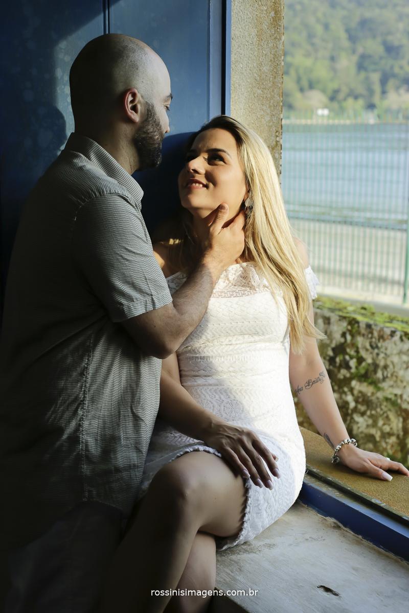 noivo antes do beijo na noiva no ensaio fotográfico na praia pre casamento em um dia de sol