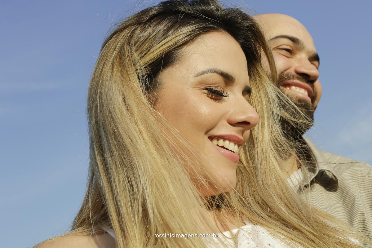 dia de sol casal em sintonia muito amor e muitos sorrisos
