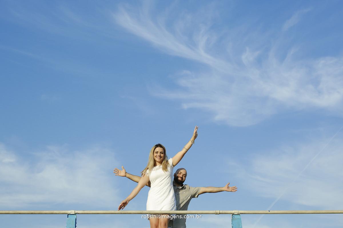 casal alegre e divertido no ensaio na praia