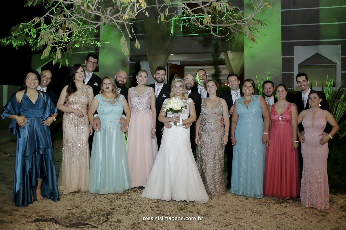 Fotografia coletiva com todos os padrinhos e os noivos, madrinhas e padrinhos juntos para esse momento único