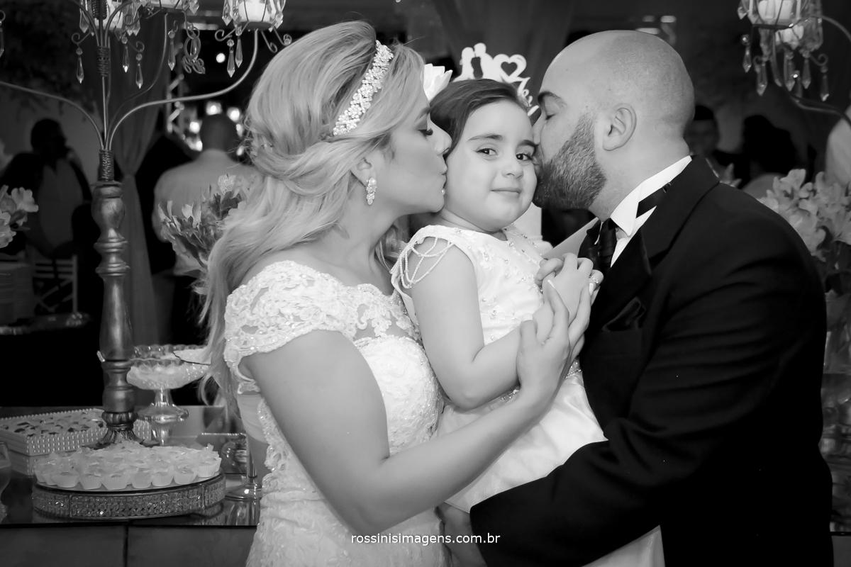 Pb Foto no bolo do casal beijamdo sua linda filha