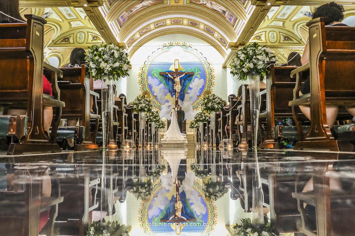 Fotografia tão esperada pela noiva no altar com a passarela de espelhos uma maravilhosa recordação do casamento