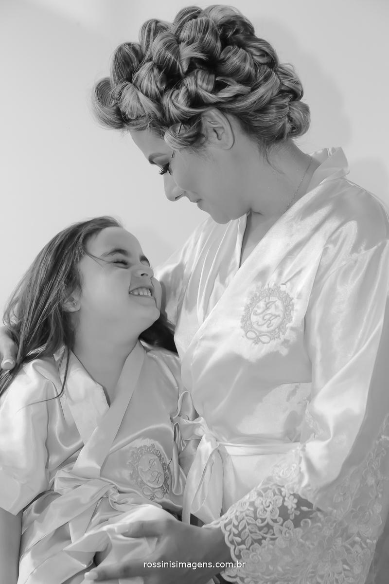 Mae e filha se olhando no dia da noiva com robe personalizado