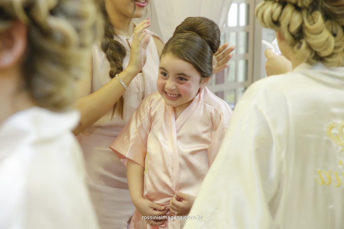 Pwnteado da filha da noiva coisa mais linda com a noiva olhando e admirando todo o trabalho da cabeleireira