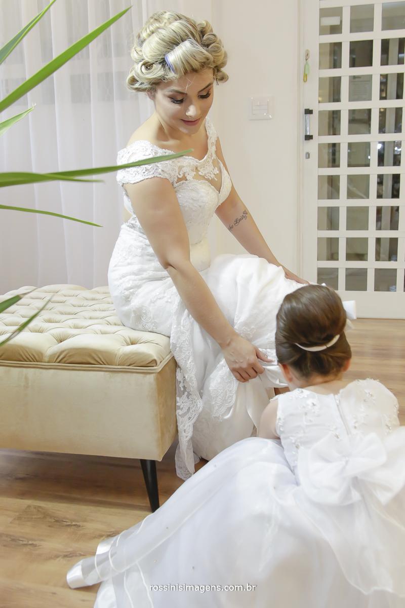 Filha ana beatriz ajudando sua mae kawana a colocar o lindo sapato de noiva