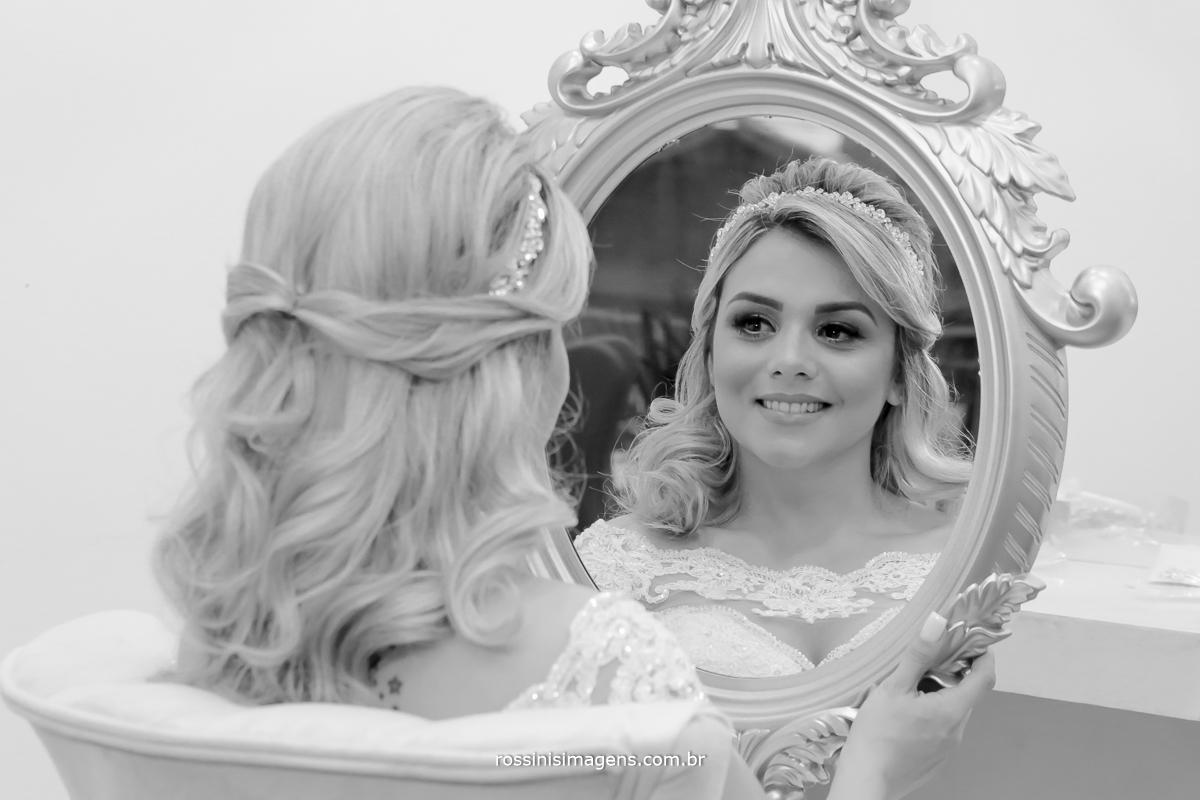 Noiva se olhando no espelho de princesa admirando todo o trabalho da cabeleireira e Maquiadora o penteado mais lindo
