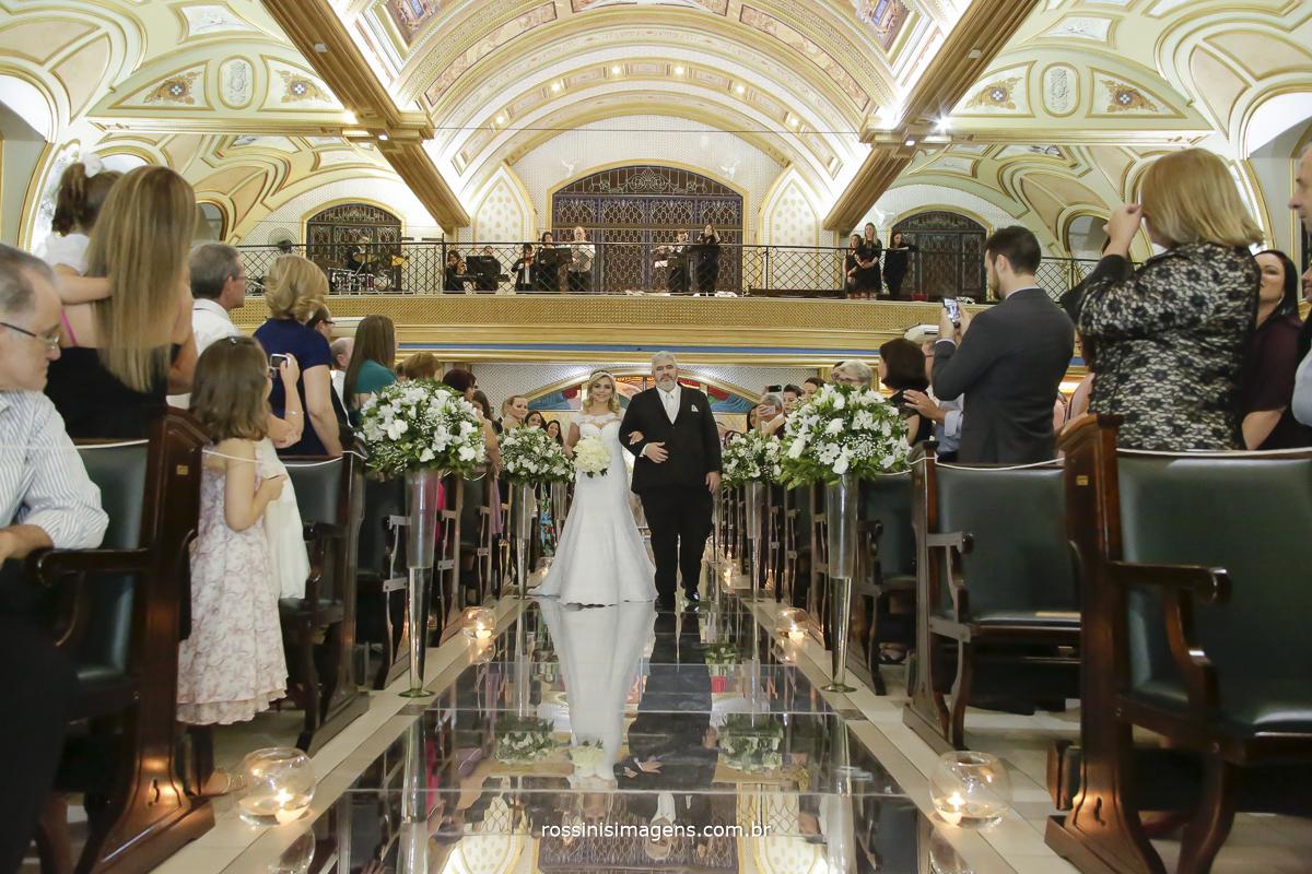 Entrada da noiva com corredor de espelhos na igreja paróquia santíssima trindade um casamento lindo